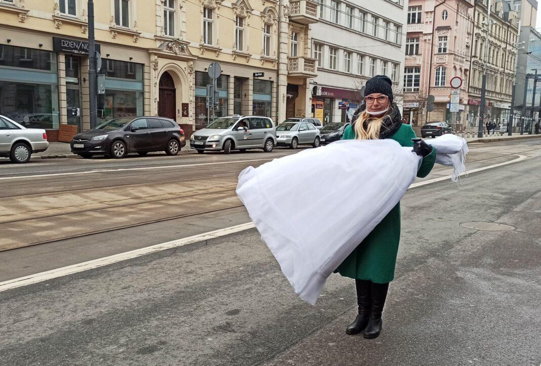 Anna Pycia na ulicy w Katowicach podczas protestu branży weselnej. Foto. Agnieszka Kucjas-Karkoszka